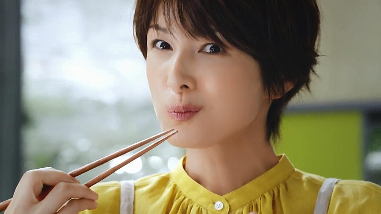 CUPCOOK豚しょうが焼きのCMで、吉瀬美智子さんが笑顔でお料理♬